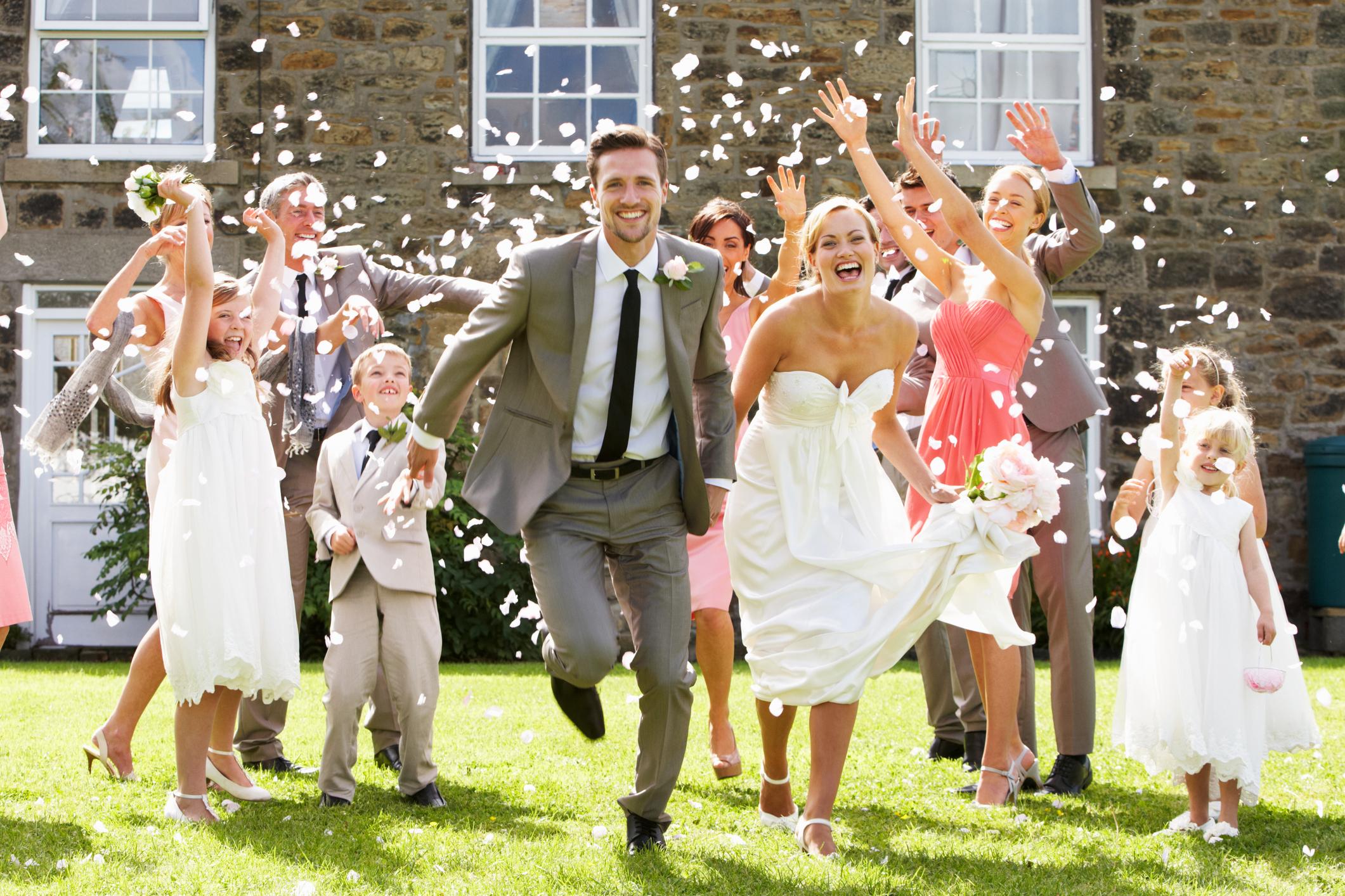 Braut und Bräutigam werden gefeiert