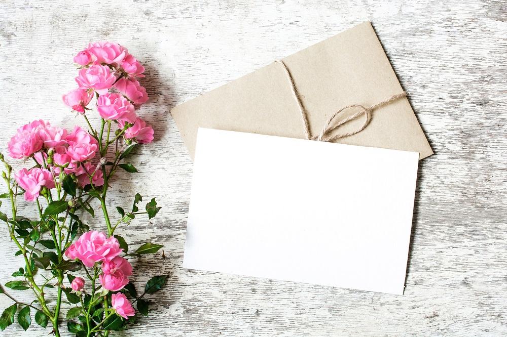 Kuvert und Karte mit Blumen