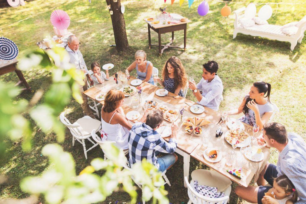 Familie feiert eine Gartenparty