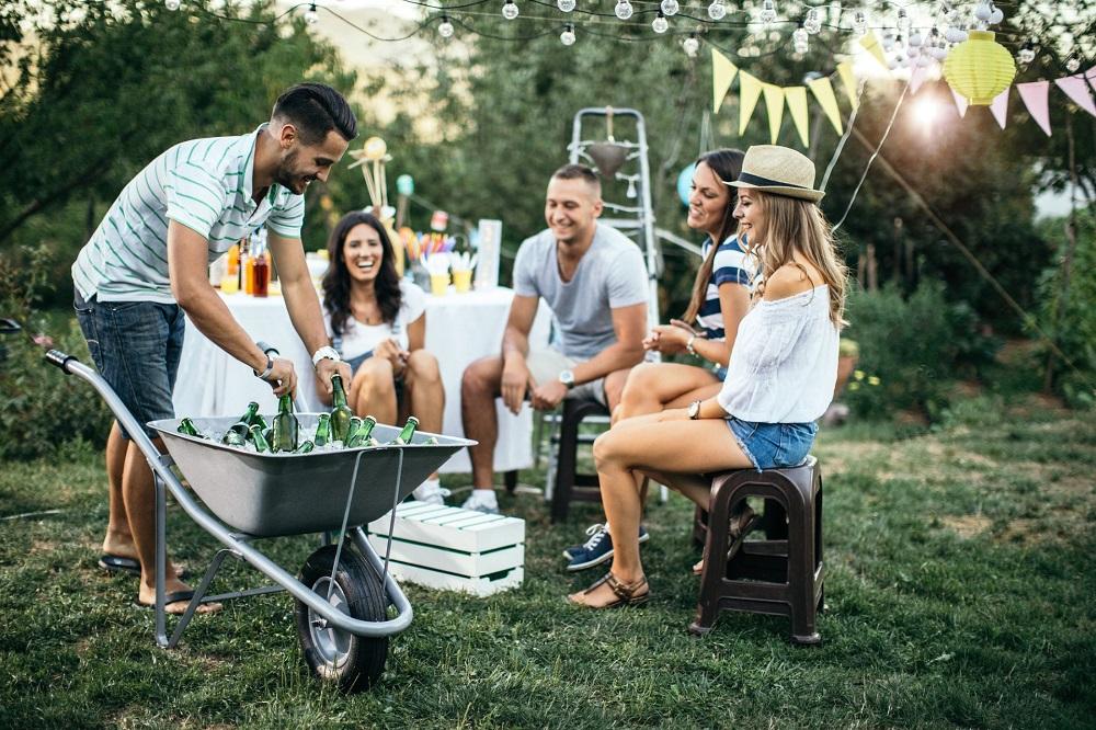 Getränke im Schubkarren bei Gartenparty