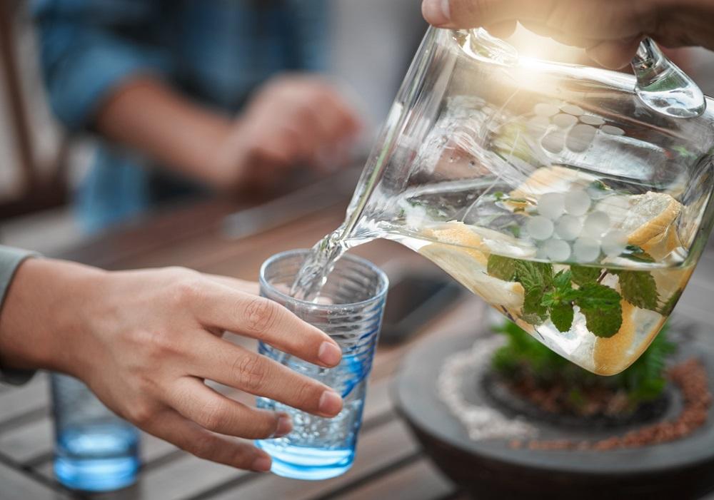 Karaffe mit Wasser bei einer Sommerparty