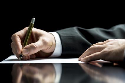 Hand schreibt einen Brief