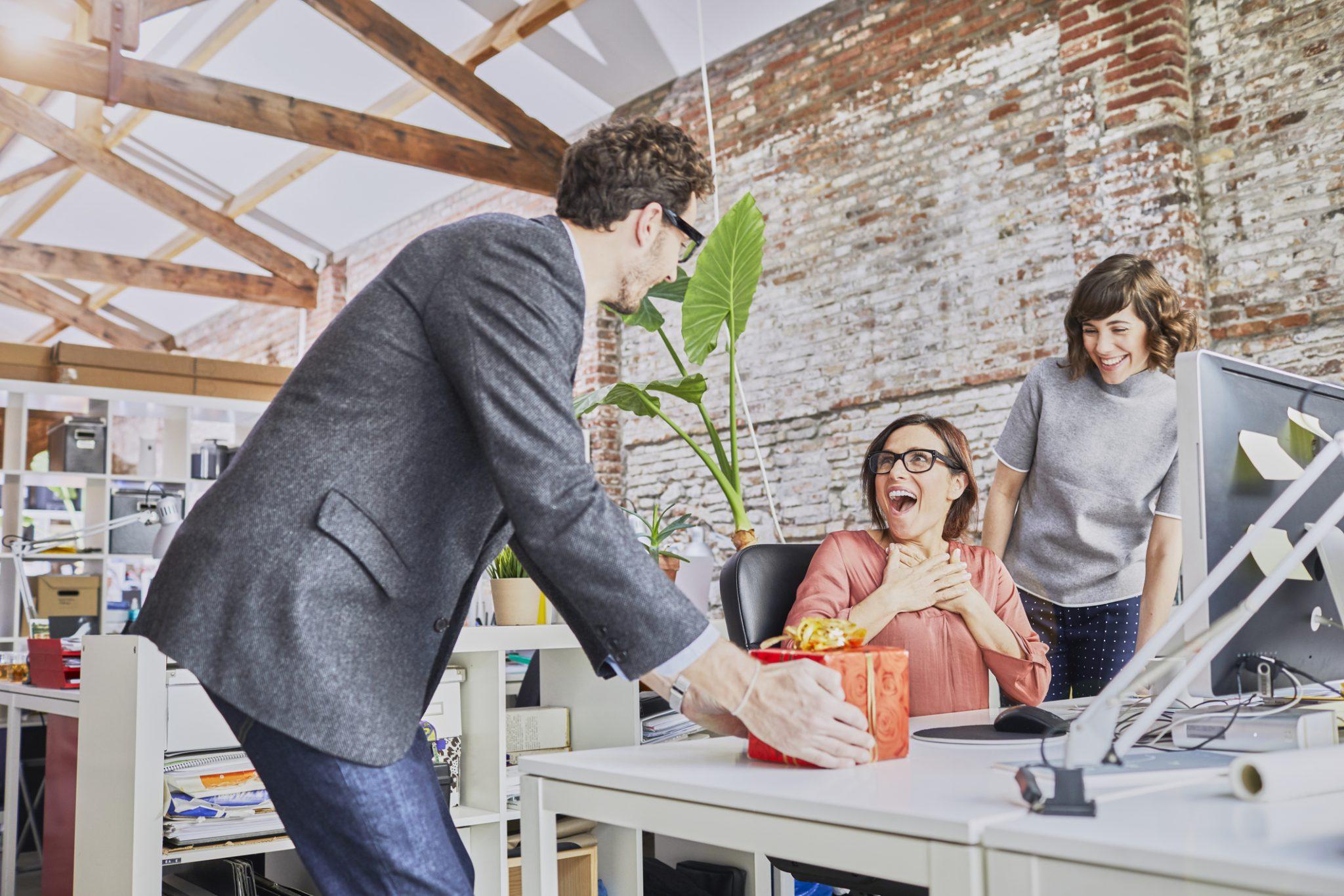 Was schenkt man zum Firmenjubiläum? Geschenkideen für Mitarbeiter