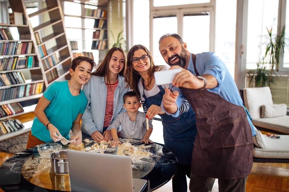 Familie beim Selfie-Machen