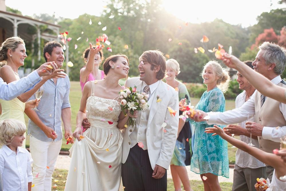 Kurzfristige Hochzeit planen: Brautpaar nach Trauung