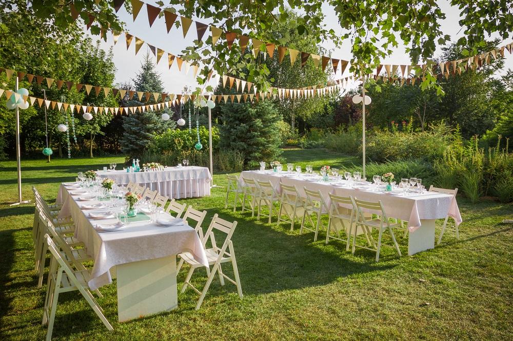 Tische und Deko für eine Gartenhochzeit