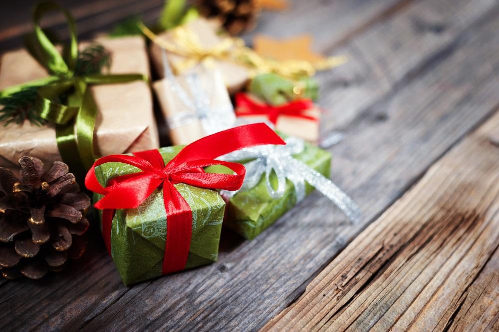 Kleine Weihnachtsgeschenke auf Holztisch