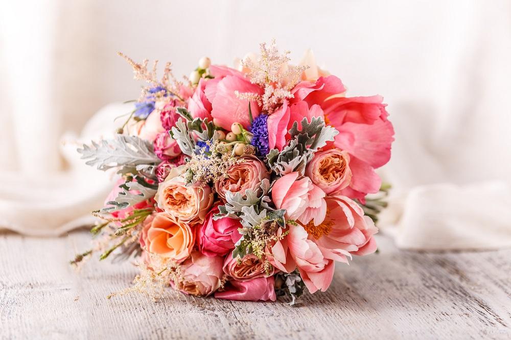 Brautstrauß in rosafarbenen Tönen
