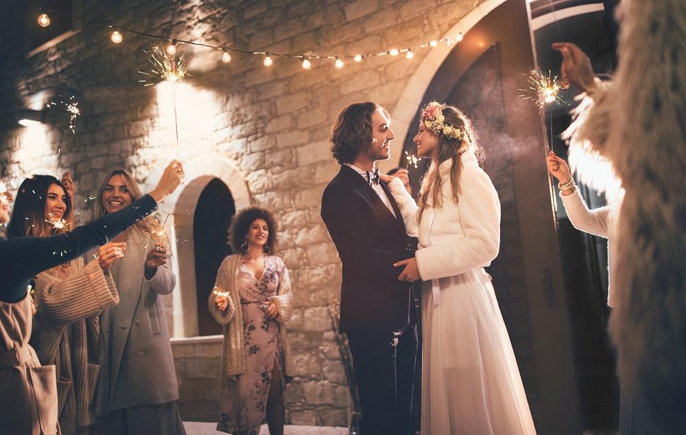 Brautpaar verlässt die Hochzeitsfeier