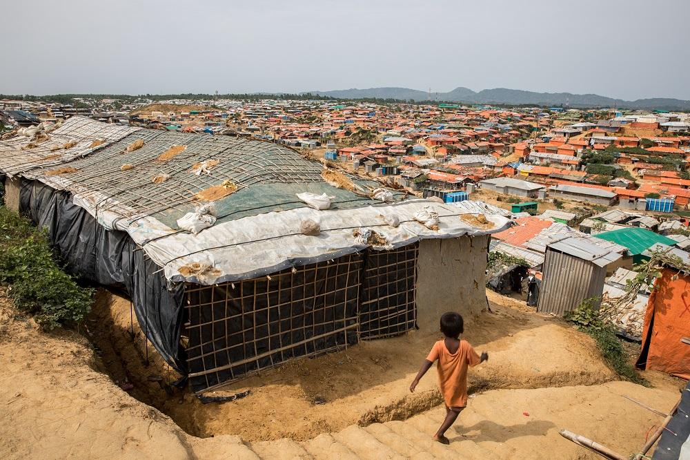 Kind in großem Flüchtlingslager