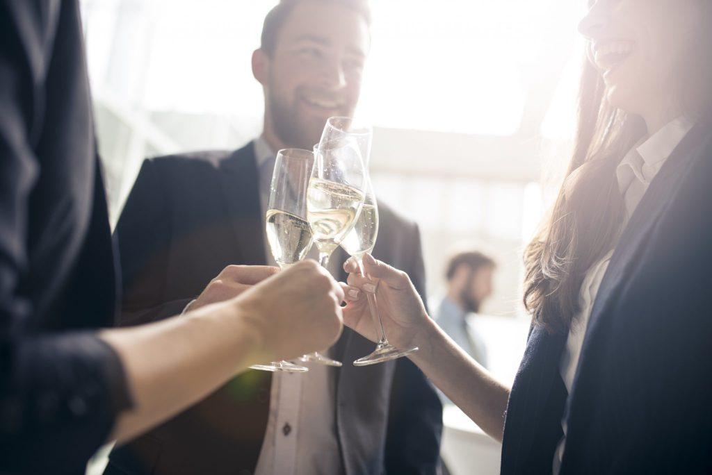 Kollegen feiern geplantes Firmenjubiläum