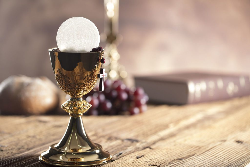 Heilige Erstkommunion mit Brot und Wein - Kommunionssprüche für Karten