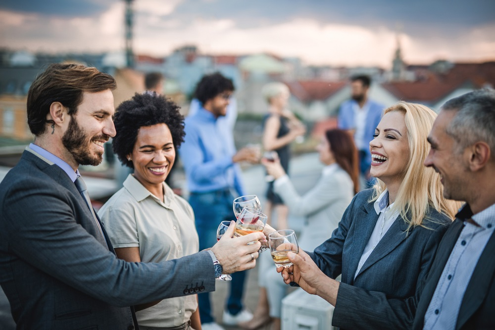 Fröhliches und ausgelassenes Netzwerken auf Terrasse