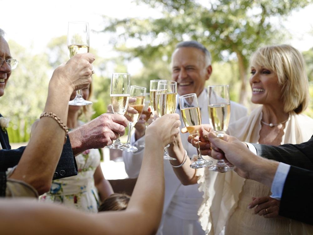Gäste auf Hochzeitsfeier, die eine Hochzeitseinladung erhalten haben