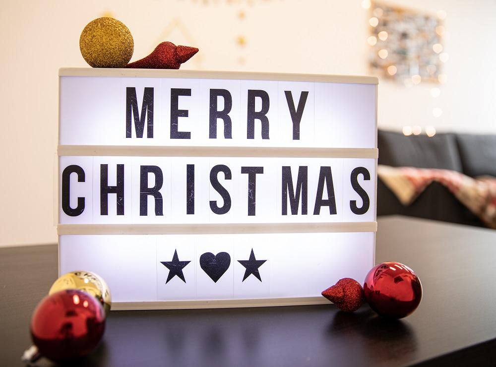 Weihnachtliche Botschaft auf Lightbox als Weihnachtsfoto-Idee