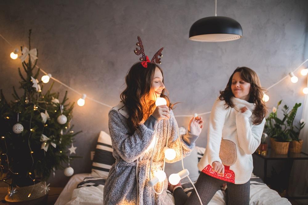 Zwei Frauen tanzen spontan für Weihnachtsfoto