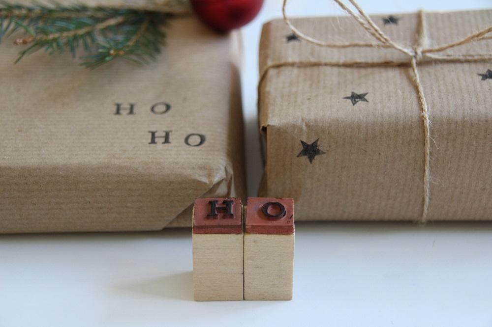 Weihnachtsgeschenke mit Stempeln verpacken