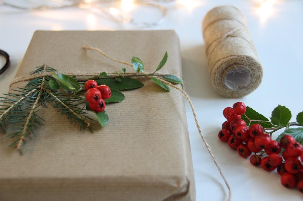 Natürliche Deko für Weihnachtsgeschenke