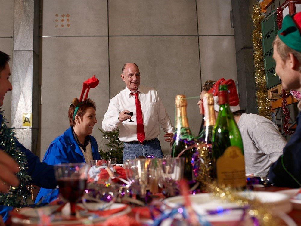 Mann hält Rede an Mitarbeiter auf der Weihnachtsfeier