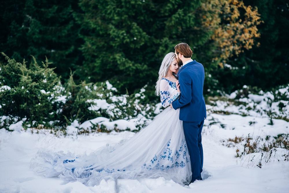 Brautpaar in Hochzeitstrend-Farbe 2020 Blau