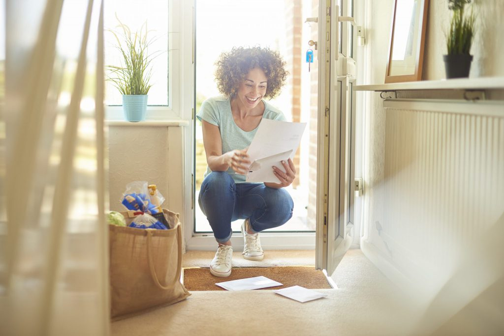 Frau liest persönlichen Brief
