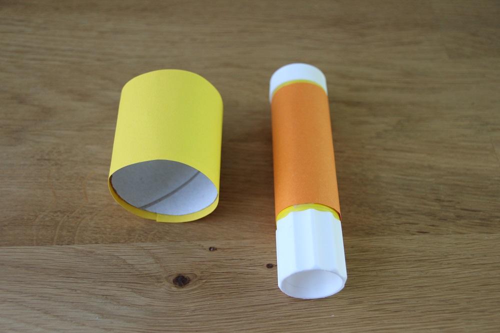 Klorolle mit Tonpapier bekleben