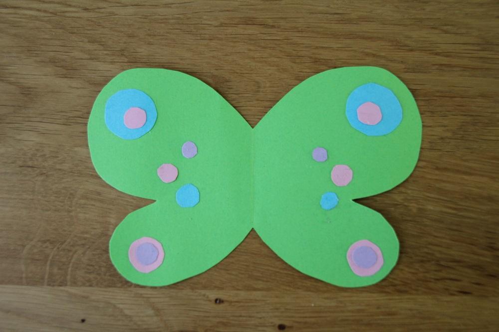 Schmetterlingsflügel für Klorollen-Schmetterling bekleben