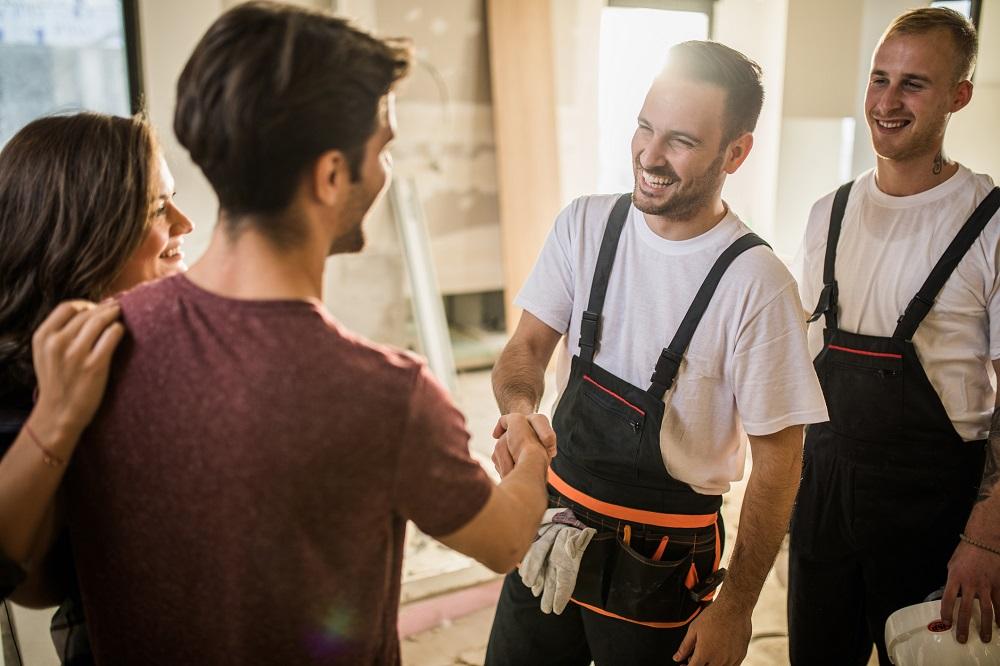 Handwerker und Kunden sind zufrieden