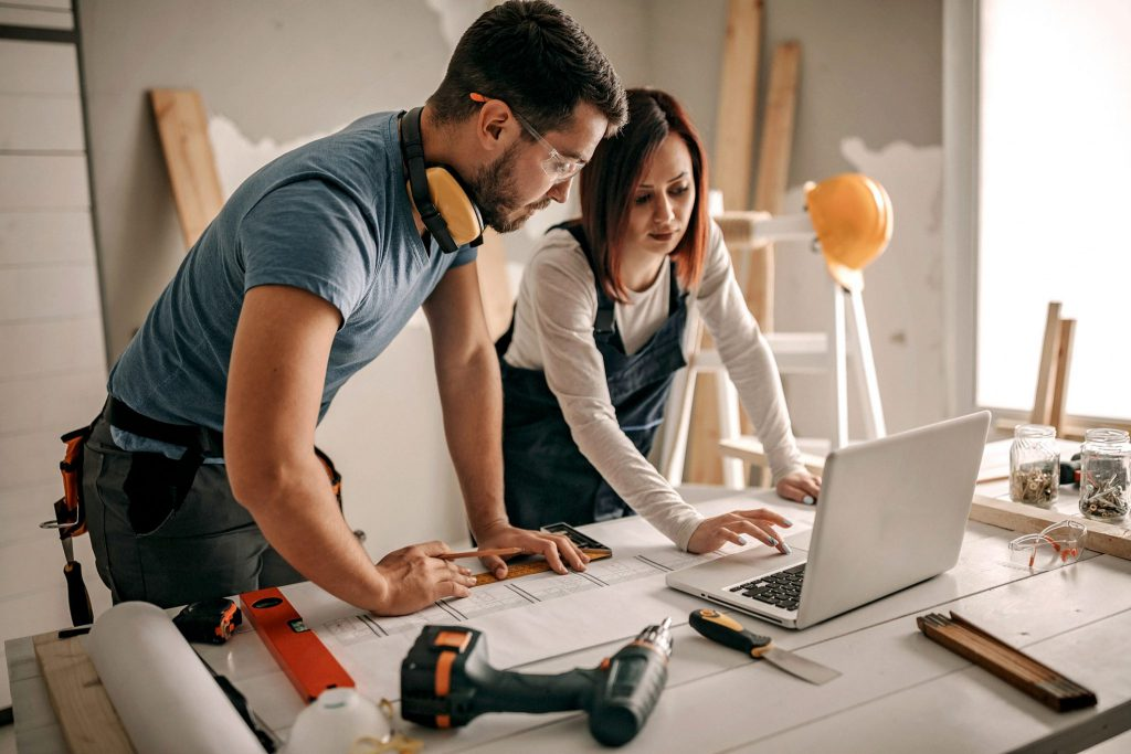 Zwei Kollegen erstellen einen Marketingplan zur Kundengewinnung im Handwerk