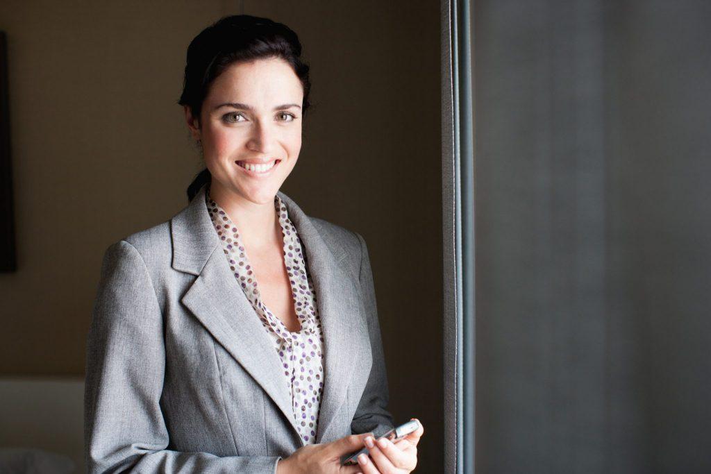 Geschäftsfrau lächelt dankbar
