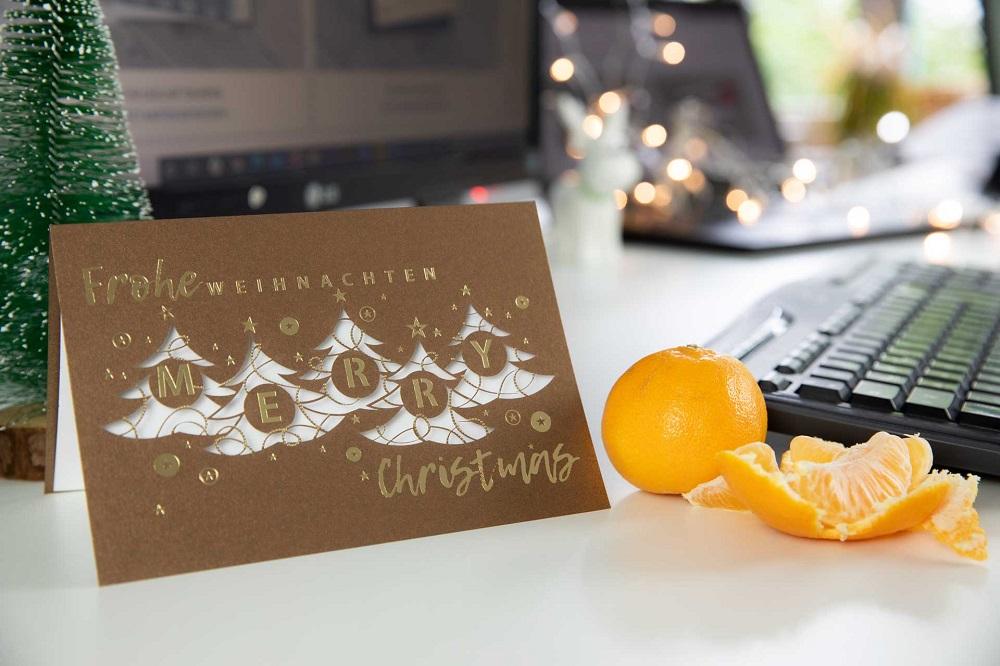 Weihnachtskarte mit Danksagung an Mitarbeiter auf dem Schreibtisch