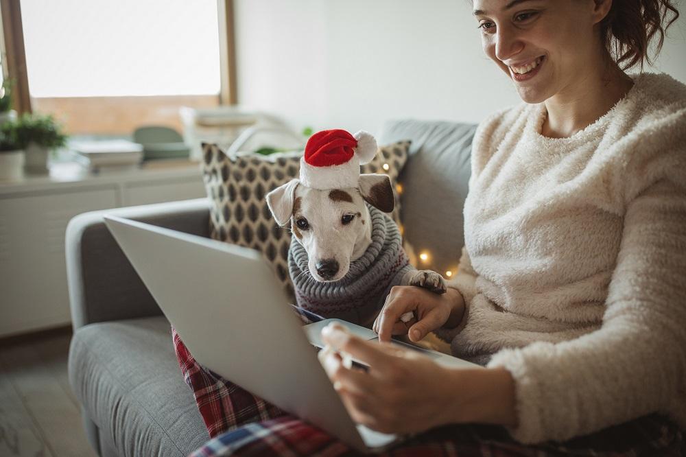 Mitarbeiterin bei der digtalen Weihnachtsfeier 2020