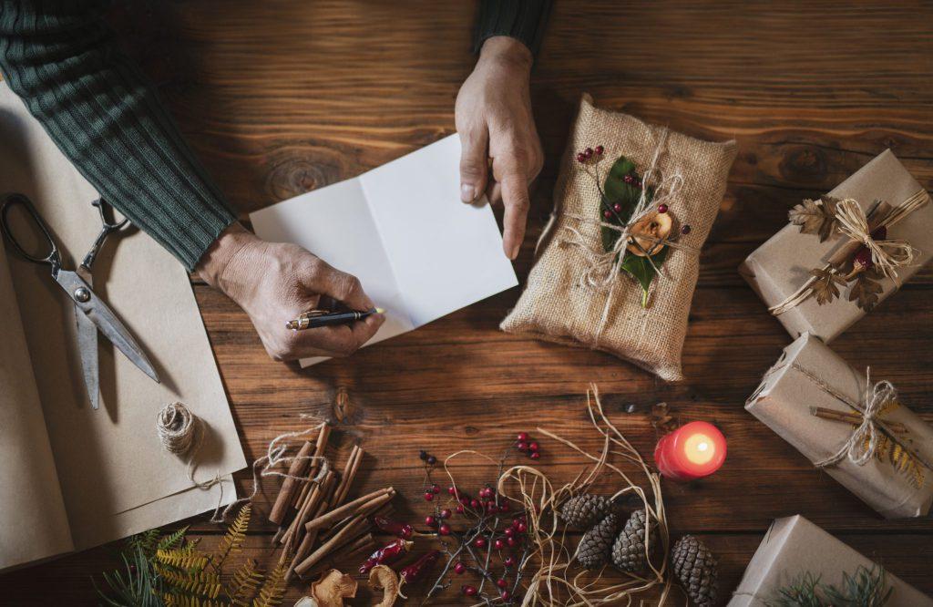 Vorbereitung Weihnachtsgeschenk, das von Herzen kommt