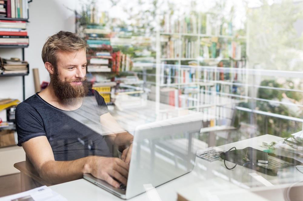 Mann schreibt Brief mit der passenden Grußformel