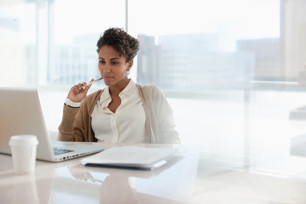 Frau im Büro beim Schreiben eines Geschäftsbriefes