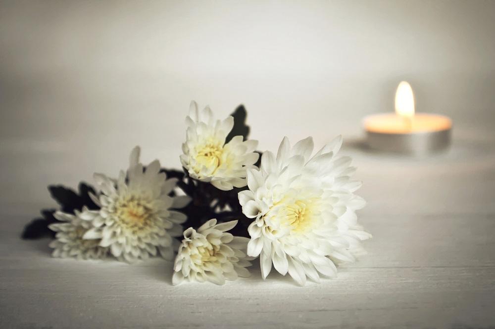 Blumen und Kerzen drücken Trauer und Anteilnahme aus.