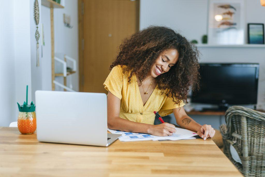 Frau schreibt Schlusssatz im Geschäftsbrief.