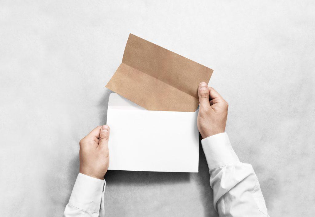 Alt-Tag: geschäftliches Einladungsschreiben öffnen