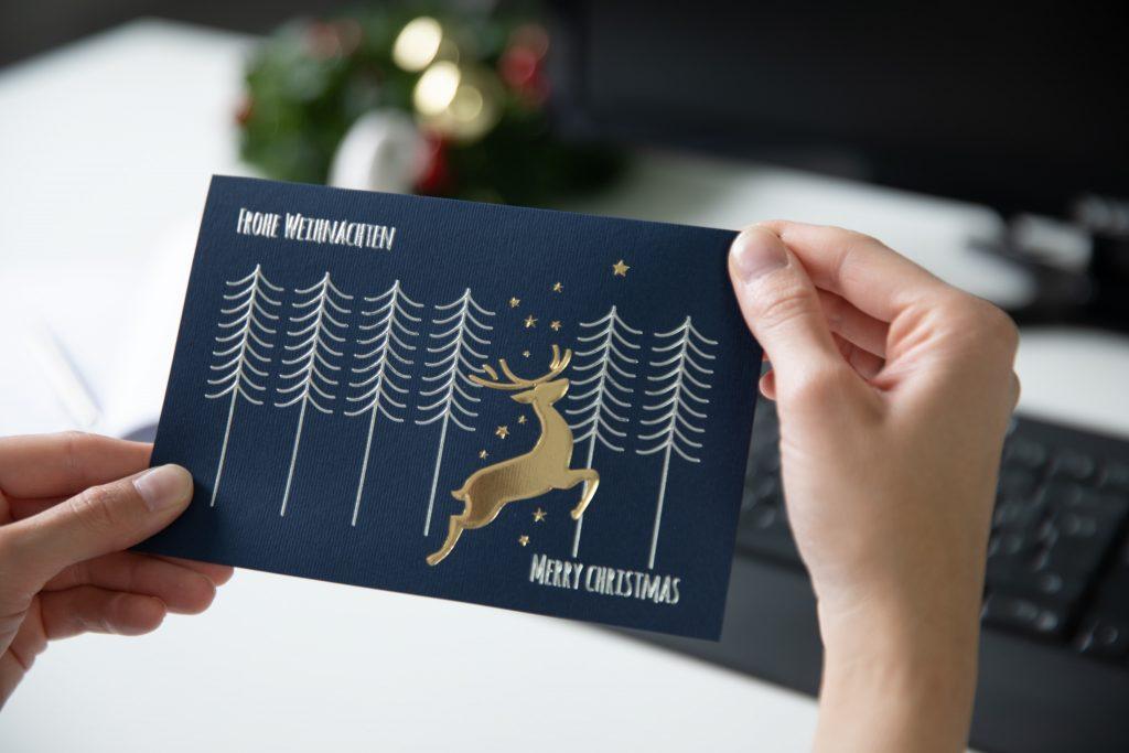 Geschäftliche Weihnachtskarte in Dunkelblau mit Hirsch