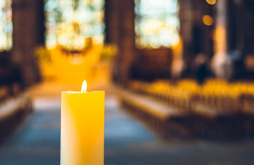 Brennende Kerze in einer Kirche