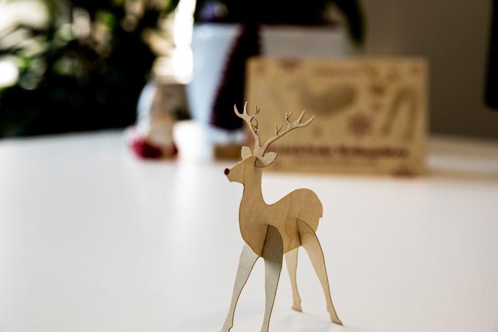 Aus Holz-Weihnachtskarte wird Deko-Elch für den Schreibtisch