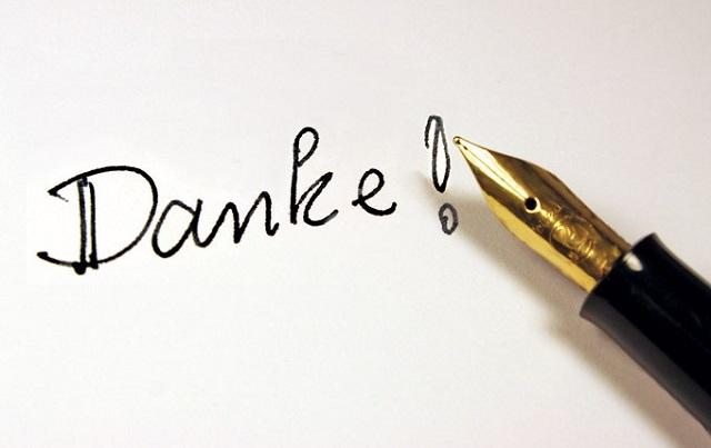 """Handgeschriebenes """"Danke"""" mit daneben abgelegten Füller"""