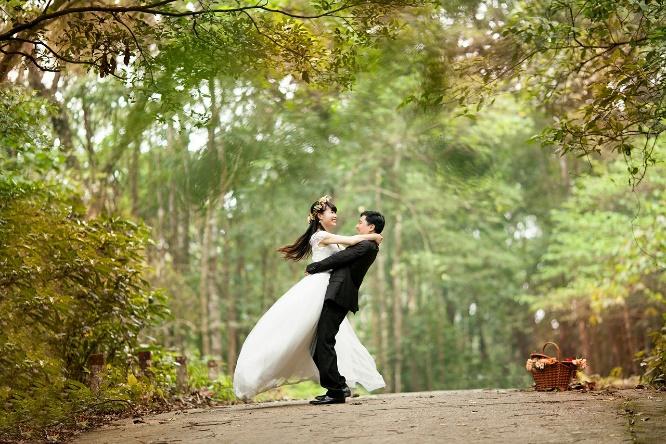 Brautpaar auf einem Waldweg