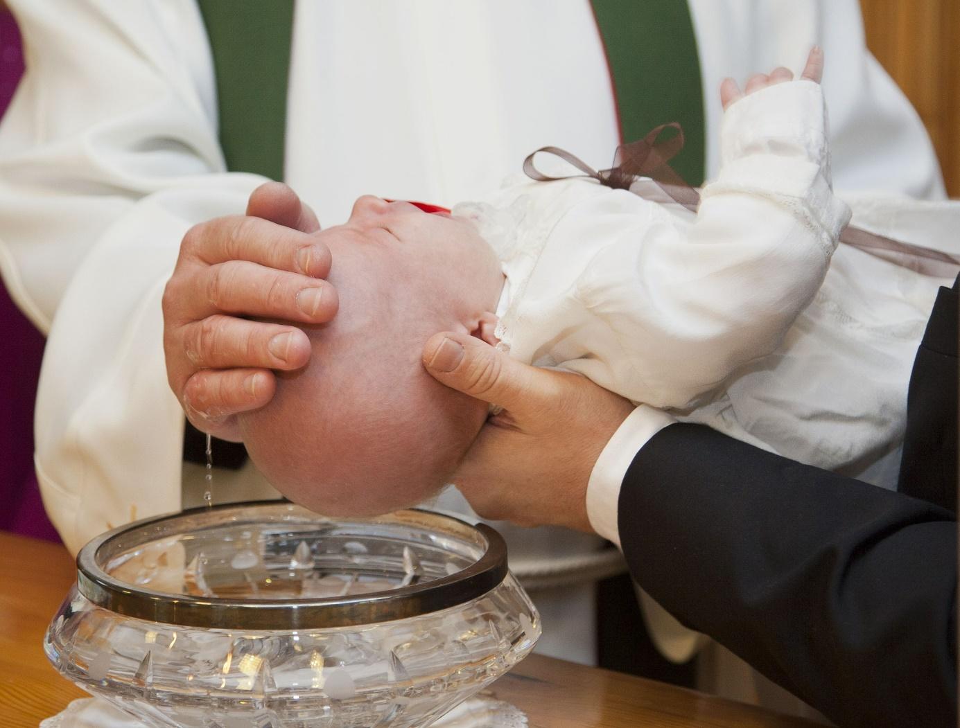 Ein Baby wird getauft