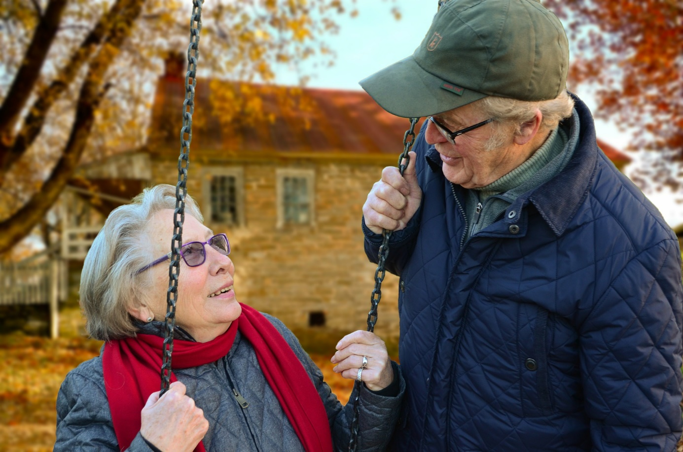 Älteres Paar an einer Schaukel