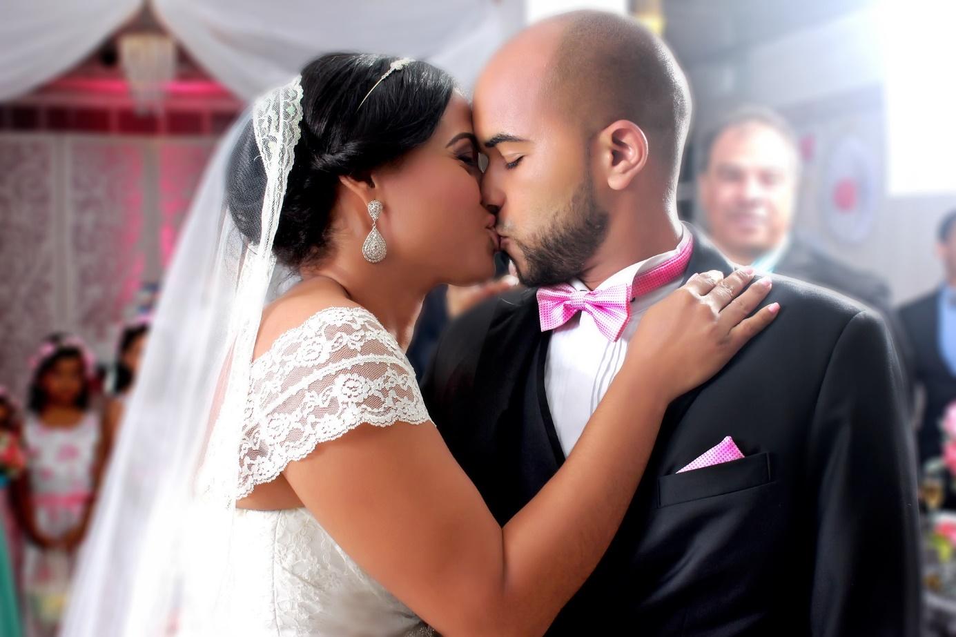 Brautpaar küsst sich bei der Trauung