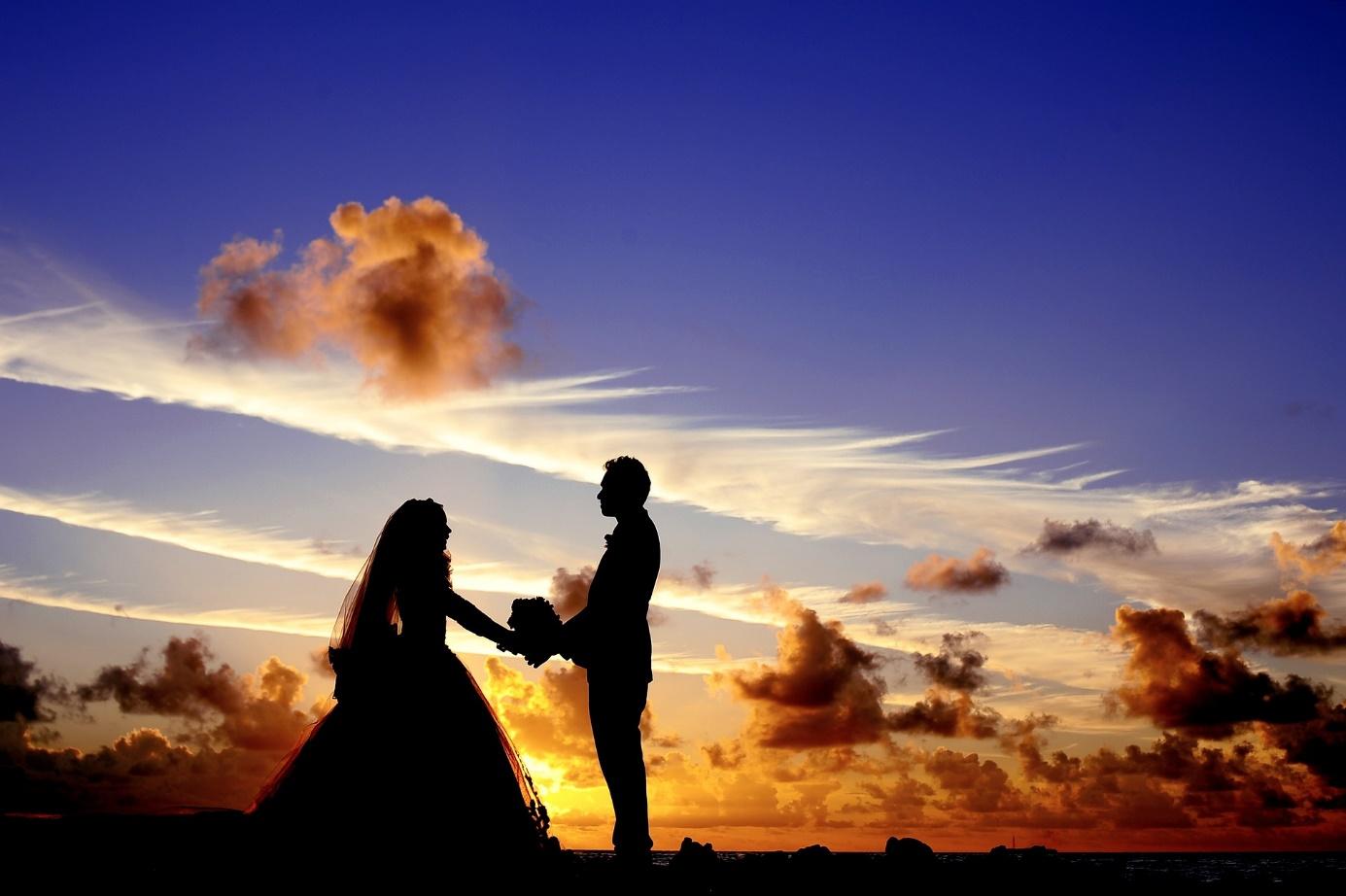 Brautpaar vor einem Sonnenuntergang