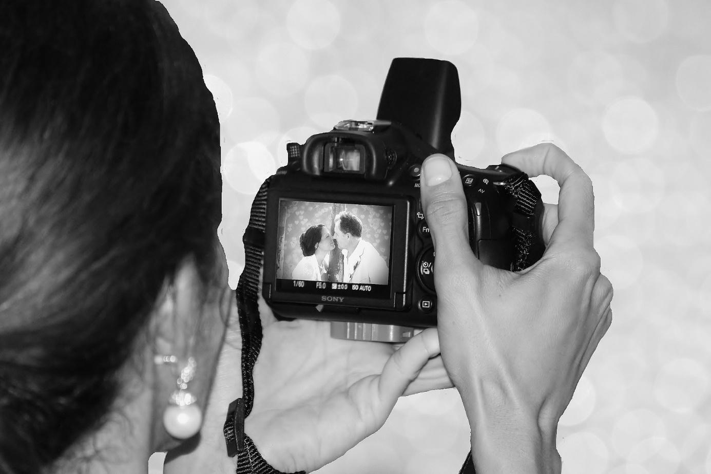 Eine Fotografin macht ein Bild des Brautpaars