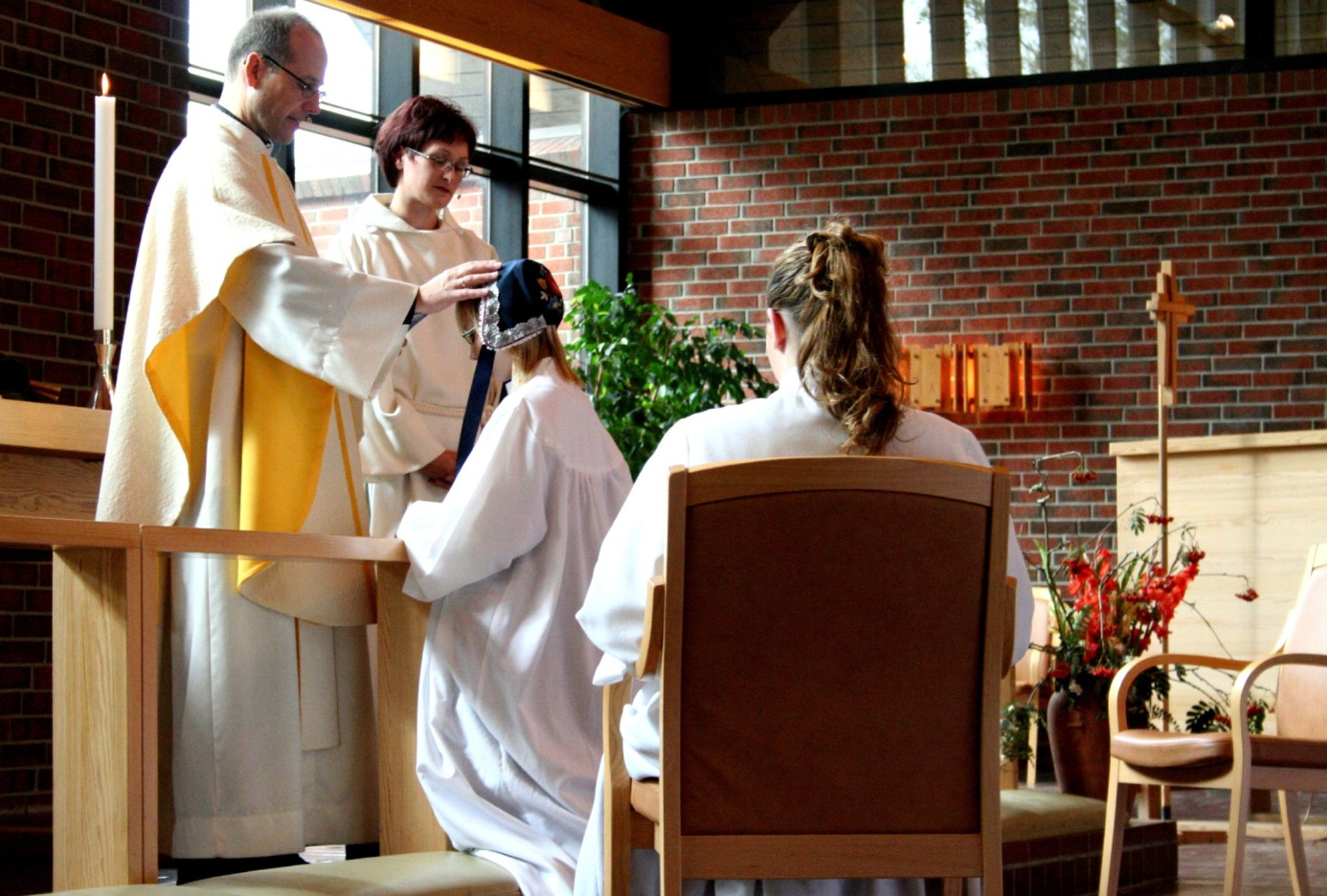 Kind erhält Segnung durch Pfarrer