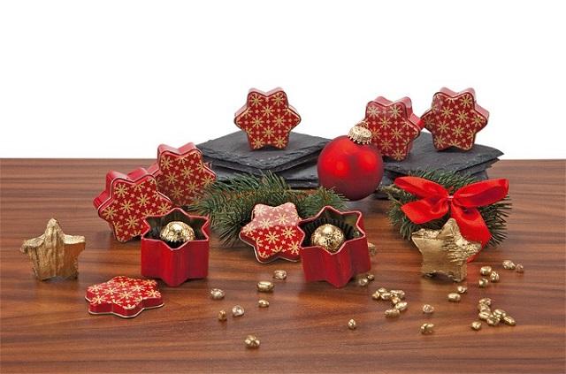 Auf einem Tisch drapierte Weihnachtsdeko